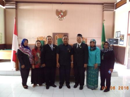 Bersama Sekretaris, Kasubag Umum dan Keuangan, dan Kasubag Kepegawaian dan Tata Laksana