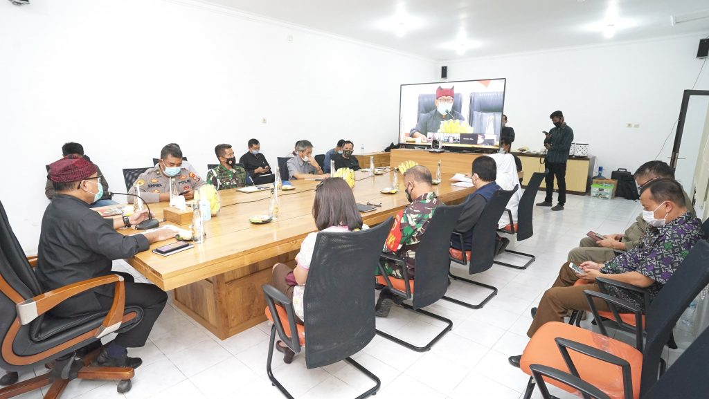 Panitera Pengadilan Negeri Banyuwangi Menghadiri Sosialisasi Surat Edaran Hasil Rapat Koordinasi Dalam Rangka Penegakan Disiplin Protokol Kesehatan dan Penanganan Covid-19